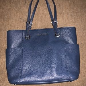 Michael Kors large purse. Lots of pockets